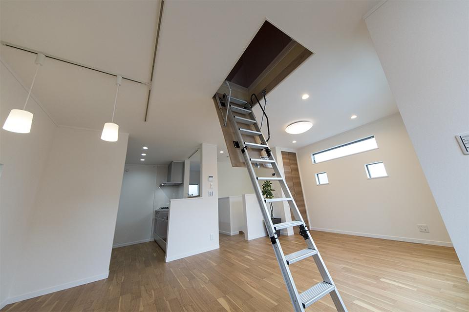 グルニエ/天井と屋根の間に作った収納スペース。取り付けた折りたたみ式ハシゴを使って中へ入ります。