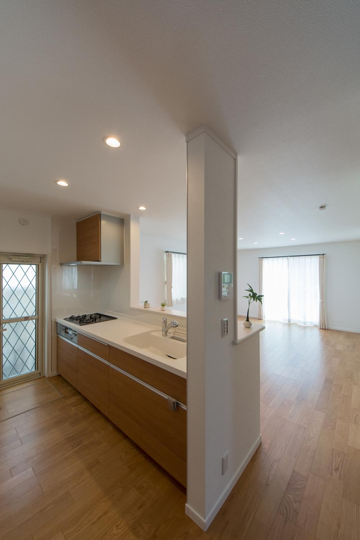 木目デザインのキッチン扉が、ナチュラルな雰囲気をプラス。