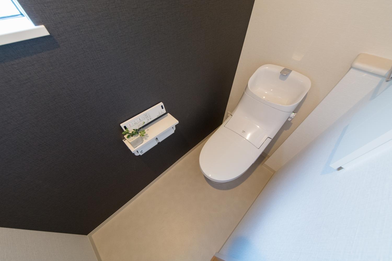 2階トイレ/シックな色のクロスをアクセントにしました。