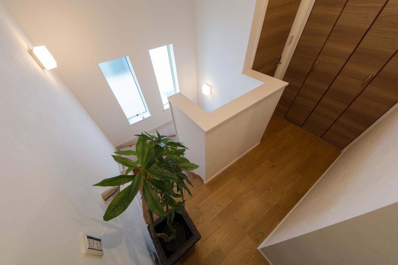 2連の窓を設置し、通風も採光も良く開放感ある階段に。