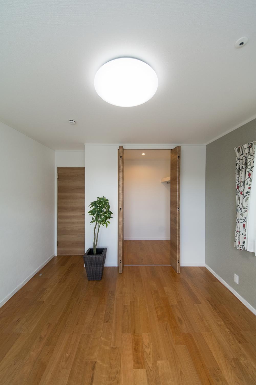2階洋室/ウォークインクローゼットを設えました。収納たっぷりでいつもすっきりした暮らしを実現できます。