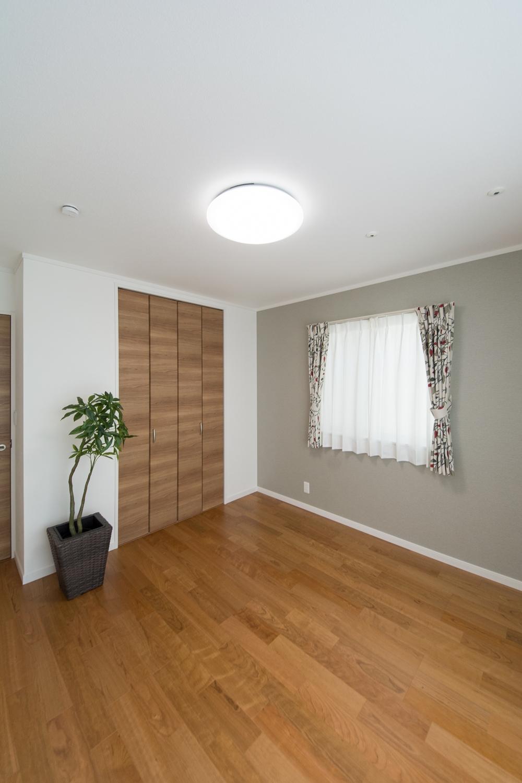 2階洋室/グレーのアクセントクロスが、モダンな雰囲気を演出。