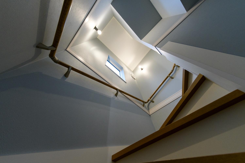 ブルー・ホワイト・木目カラーの色鮮やかな階段スペース。