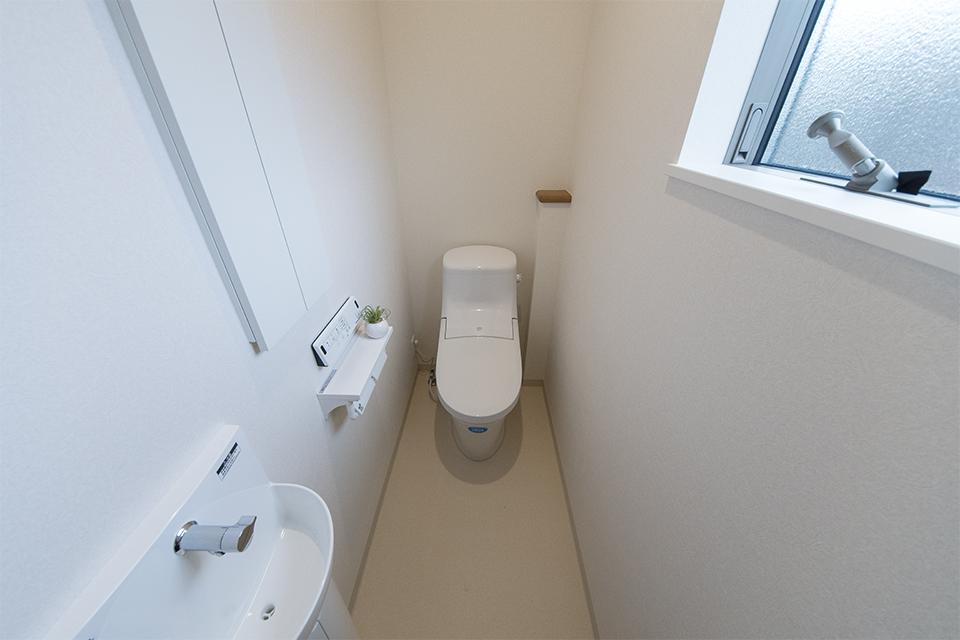 2階トイレ/白を基調とした清潔感のある内装。独立タイプの手洗いを取り付けました。