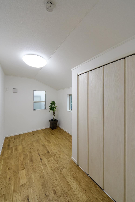 木のやさしい風合いを感じるフローリングが、穏やかで心地のよい2階洋室。