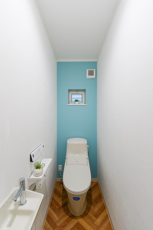 爽やかな印象のアクセントクロスとクッションフロアが空間を彩る1階トイレ。