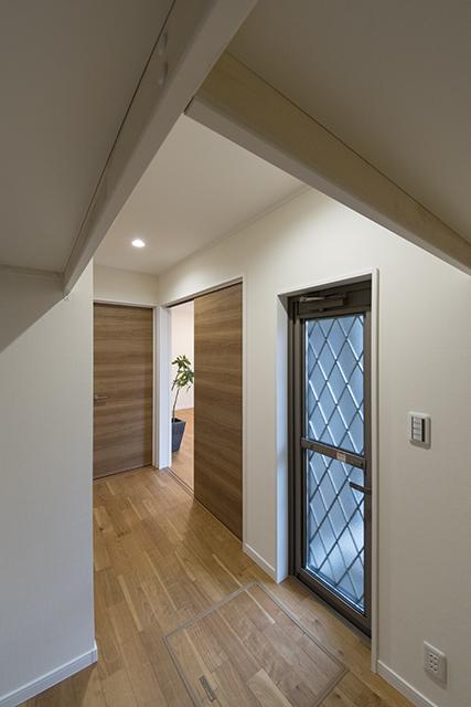 1階ウォークインクローゼット(4帖)/洗面室、洋室、お庭からも出入りできる便利な間取り。洗濯動線も楽に♪