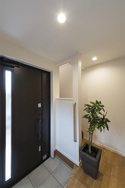 手摺を設置し、階段手前の壁を切り抜いて空間のアクセントにしました。