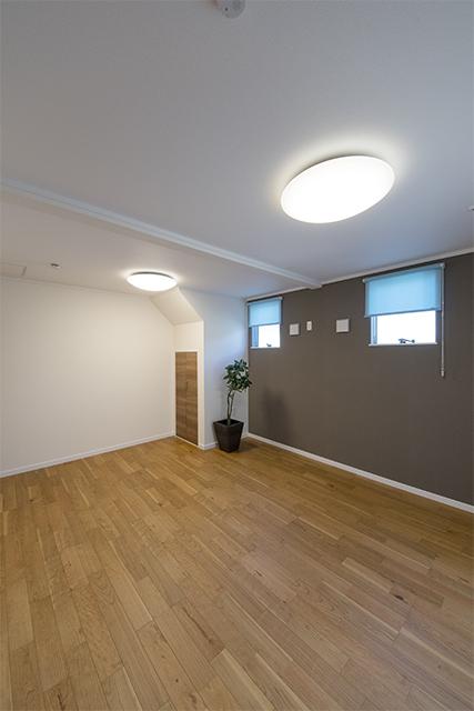 1階洋室/モノトーンカラーのアクセントクロスが、モダンな雰囲気を演出。