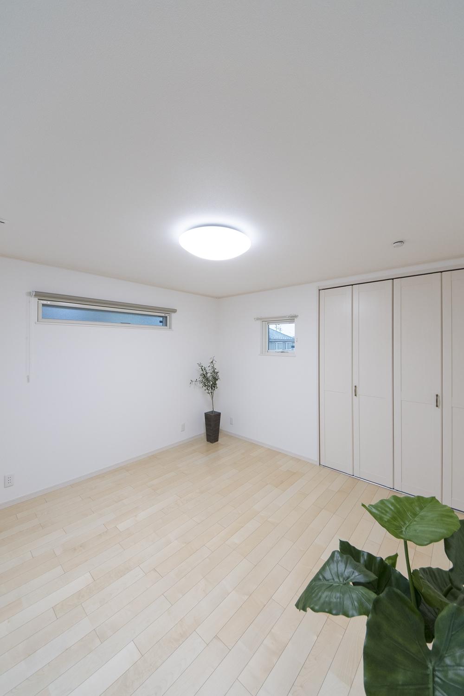 2階洋室/木のやさしい風合いを感じるフローリングが、穏やかで心地のよい室内。