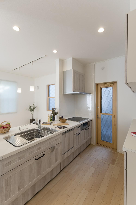 キッチン/扉カラーはホワイトオークでアンティーク感のある素敵な色味。アイアン調のブラックハンドルもぴったりはまっています。