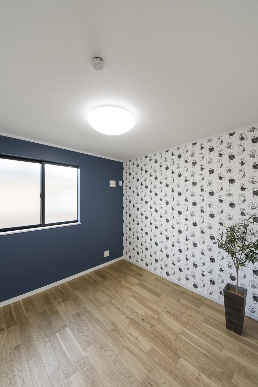 2階洋室/アクセントクロスがスタイリッシュで個性的な空間を演出。