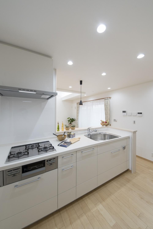 2Fキッチン(子世帯)/爽やかなホワイトのキッチン扉。清潔感あふれるキッチンスペース。