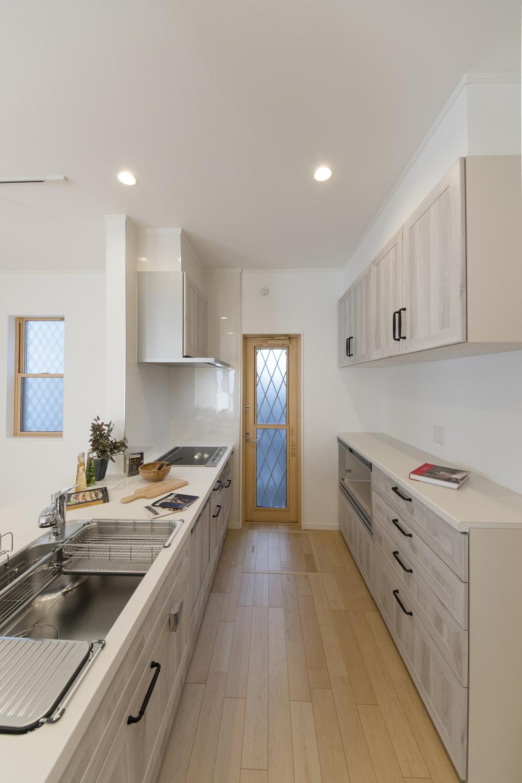 食器洗い乾燥機やキッチンとお揃いのデザインのカップボードを施し、機能美も充実させました。