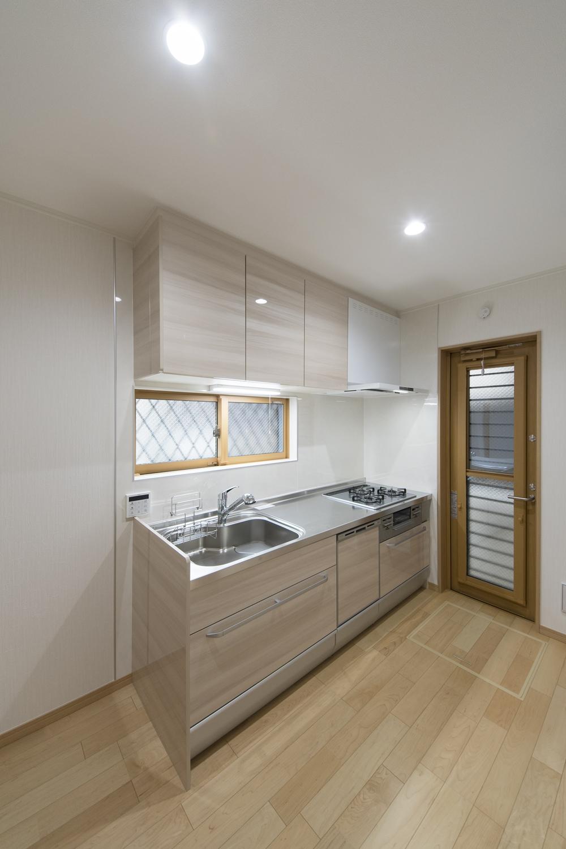 1Fキッチン(親世帯)/ベージュの木目調キッチン扉がナチュラルな印象に。