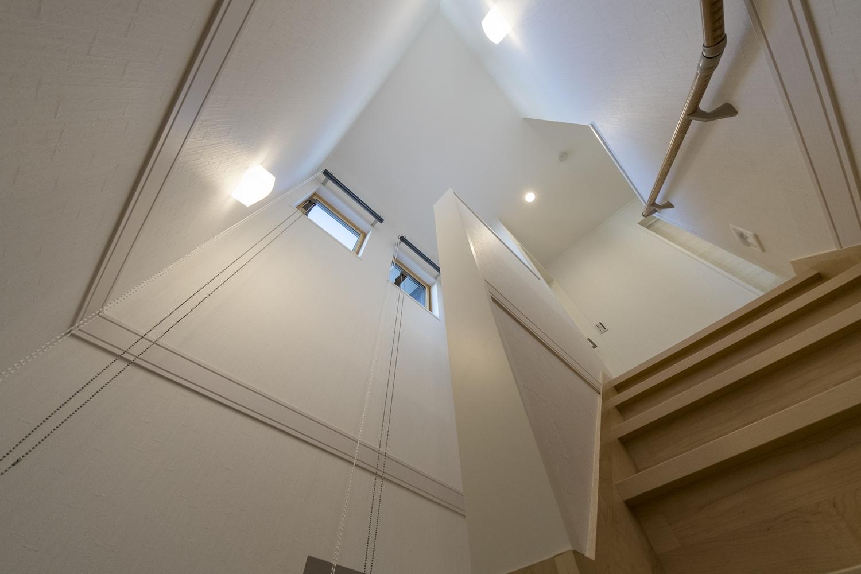 窓からの自然光とブラケットライトのやわらかい光が階段を照らします。