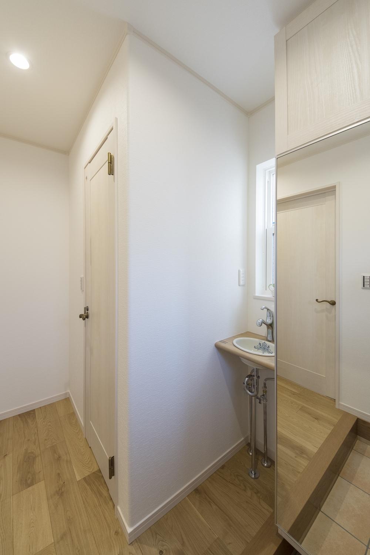 おしゃれなデザインの丸型手洗いキャビネットを玄関脇に設置しました。