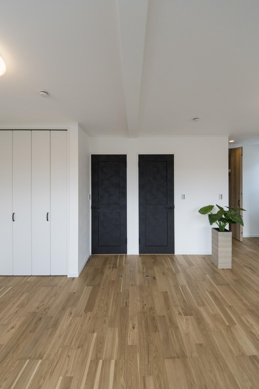 2階洋室/手塗りムラを表現した個性あるブラックのドアが重厚感を演出。