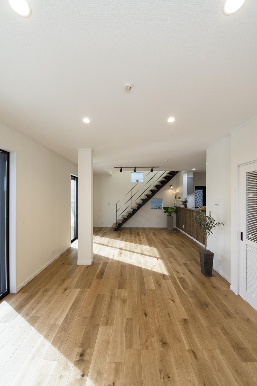 ハイスタッド仕様(CH:2580mm)で天井が高く、20.5帖の広さ。家族が寛ぐ開放的で広々としたLDK。
