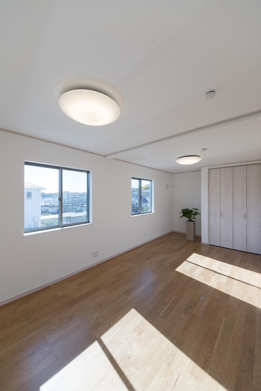 2階洋室/窓からたっぷりの陽光がふり注ぐ明るい空間。