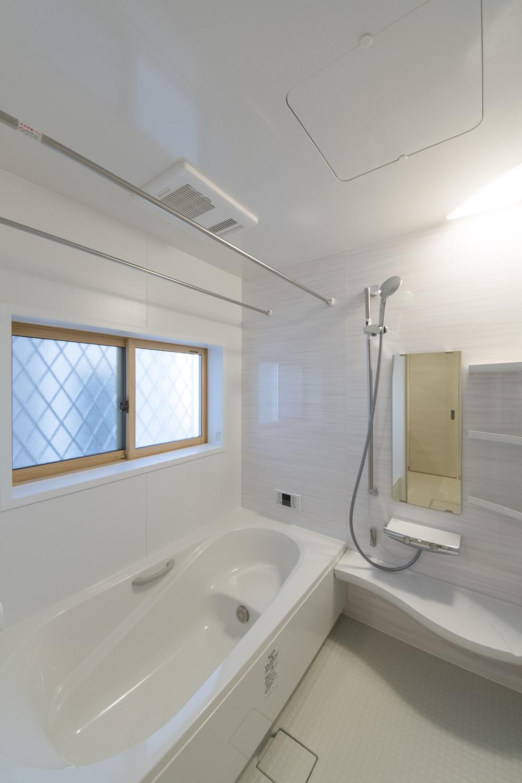 さわやかなデザインのアクセントパネルが浴室空間を彩ります。