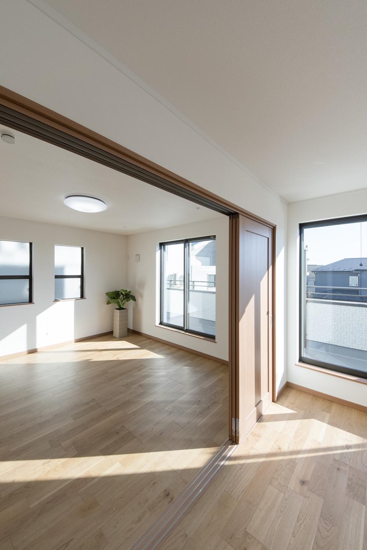 2階洋室/窓から自然のやさしい光が降り注ぐ、風通しの良い開放的な空間。