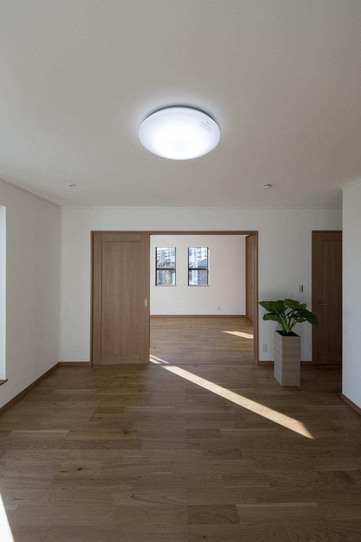 2階洋室/2つのお部屋の真ん中に引戸を設えました。開けるとお部屋がつながり開放的に。