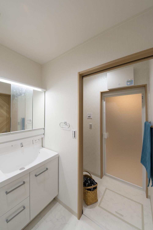 洗面室と脱衣所・バスルームの間にドアを設け、誰かがお風呂に入っているときでも気兼ねなく洗面室を利用できます。