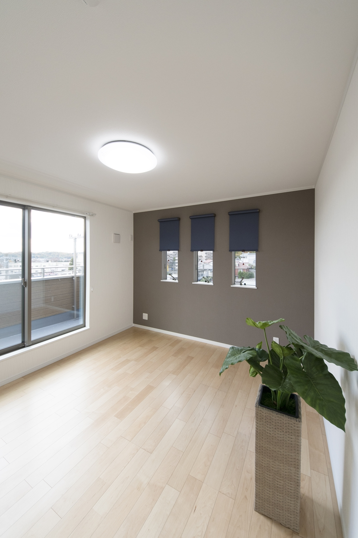 2階洋室/3連の縦窓と大きな窓が、やさしい光とさわやかな風を室内へと誘います。