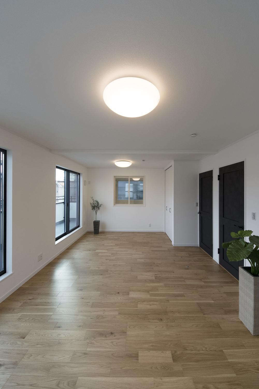 2階洋室/お子様の成長に合わせて、2部屋に出来る2ドア1ルームの間取り。