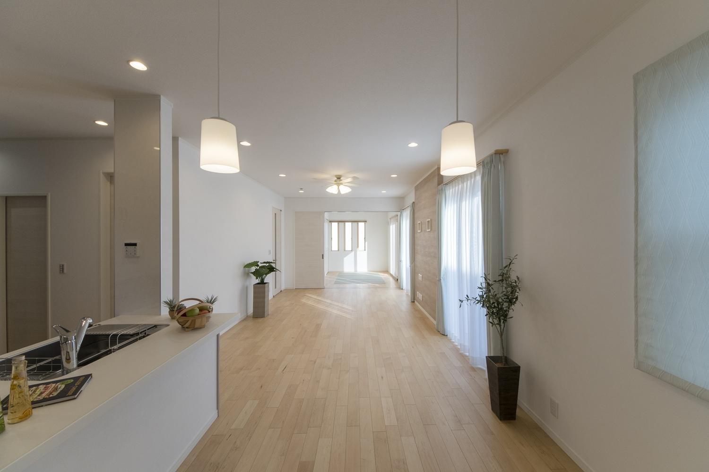 LDKはハイスタッド仕様(CH:2680mm)で天井が高く、21帖の広さ。家族が寛ぐ開放的で広々とした空間。