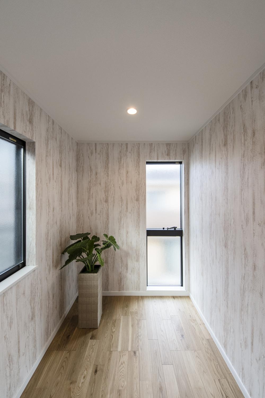 2階納戸(3帖)/無垢の木に白ペンキを塗ったようなシャビーシックデザインのクロスを貼り、アトリエのような空間に。