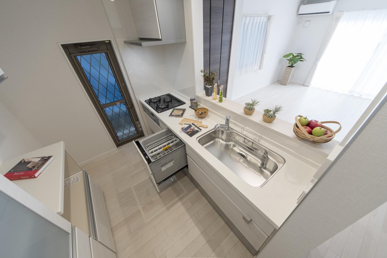 食器洗い乾燥機やカップボードを施し、機能美を追及したキッチン。