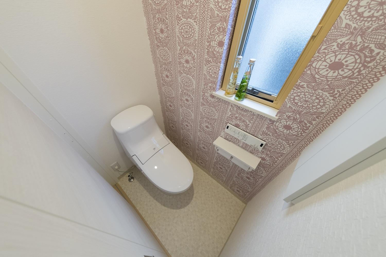 モスピンクのクラシックな花柄クロスが可愛らしい2階トイレ。