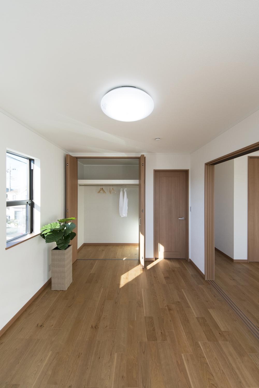 2階洋室/白のクロスとブラックチェリーのフローリングが優しい雰囲気を演出。