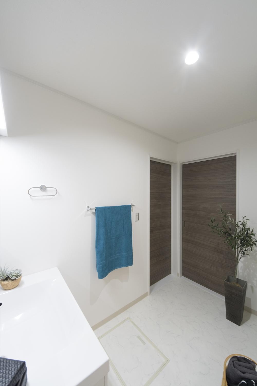 廊下側とリビング側の両方にドアを設け、家事動線の良い2Wayの間取りにしました。