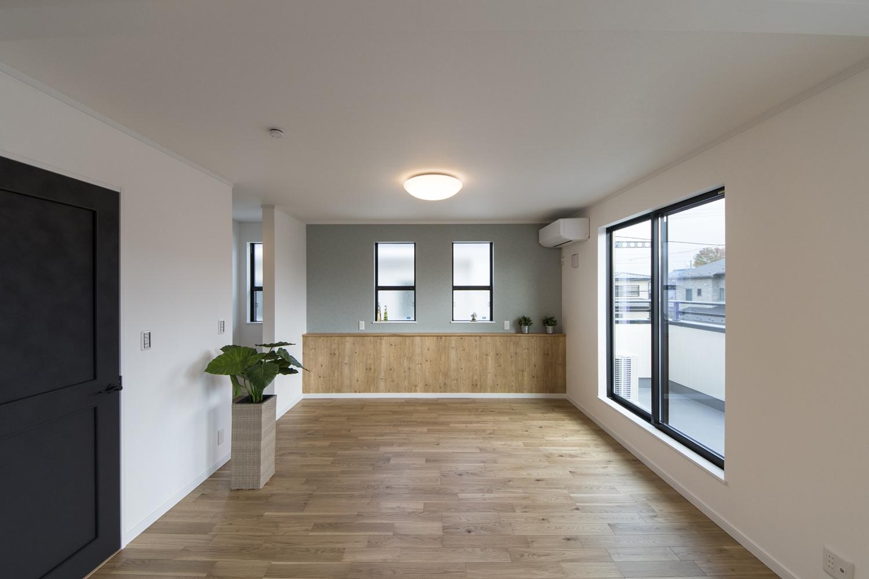 2階洋室/アクセントクロスやカウンターを施した、木のやさしい温もりとモダンなデザインが融合したナチュラルモダンテイスト。