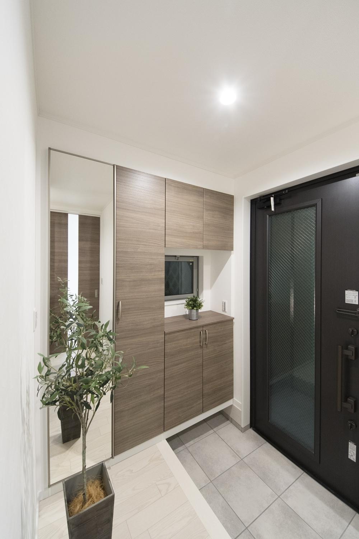 玄関ドア・玄関収納をモノトーンカラーで差し色にしたコントラストの美しい大人な雰囲気の玄関。
