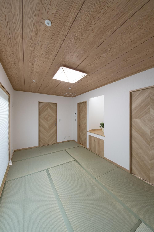 天井の自然な木目柄クロスは和風空間を優しく包みます。