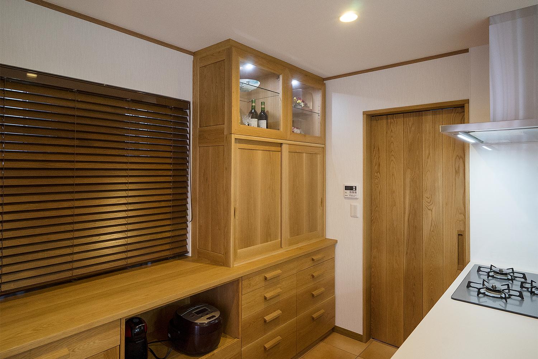 パントリーと食器棚を造作し収納量も大幅に向上させ、明るくご家族のコミニュケーション豊かなオープンキッチンスペースとなりました。