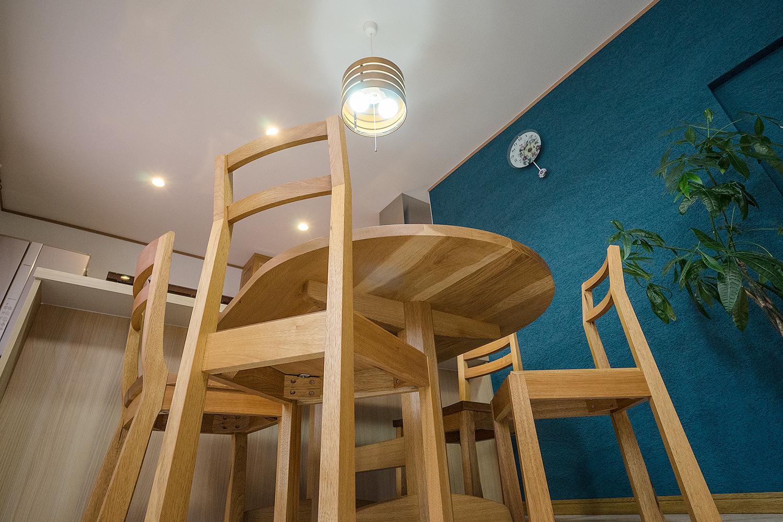 間取りだけではなくダイニングテーブルセットやキャビネット等も楢無垢材を使用し細部にわたり拘りの詰まったカスタムメイドオーダー家具を採用。