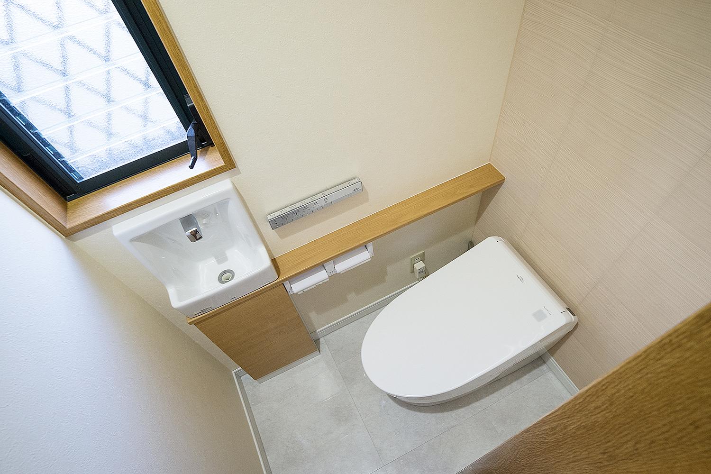 INAX(エコカラット)を組み合わせ、調湿機能及び消臭効果の優れたレストルーム空間に仕上がりました。