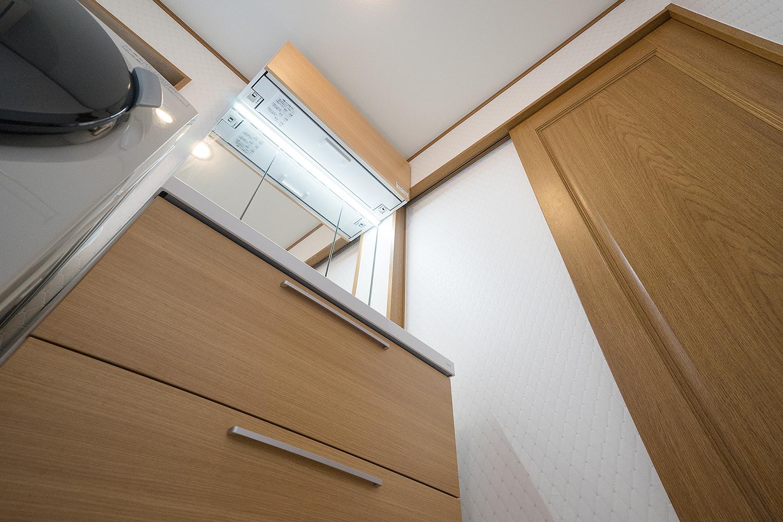 洗面化粧台は人気の木目柄をチョイスし、鏡まわり全体を明るく照らしながら省エネにもなるワイドLED照明を採用しました。