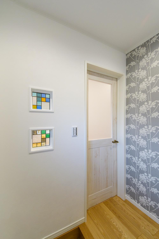 壁(玄関・リビング間)にステンドグラスを施しました。カラフルな光が空間を表情豊かに彩ります。