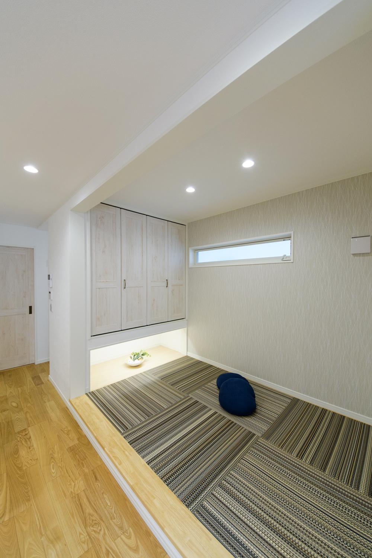 小上がりになった畳の間。表情豊かな色の畳を市松敷きにした、スタイリッシュな空間になりました。