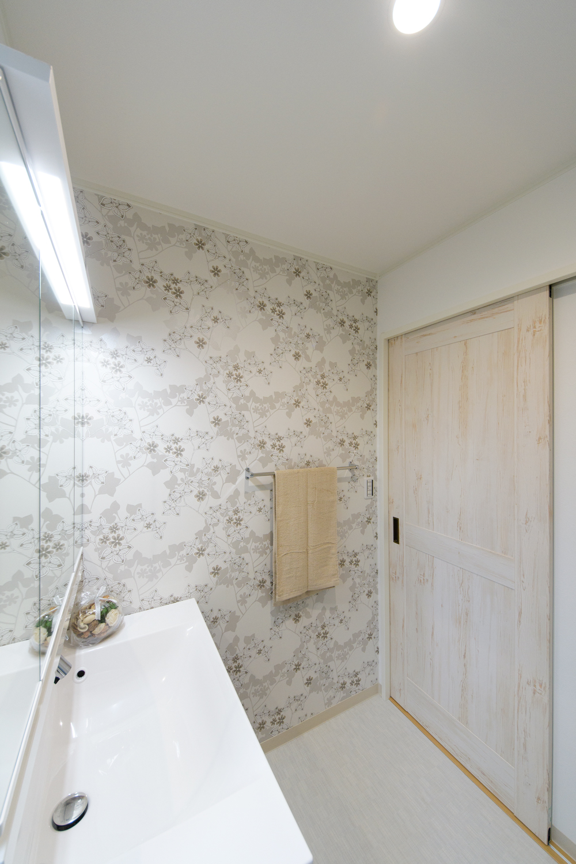 清潔感のあるサニタリールーム。北欧フィンランドで親しまれているのテキスタイルブランドのクロスをあしらいました。
