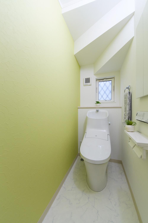 1階トイレ/レモン色のアクセントクロスが空間を彩ります。