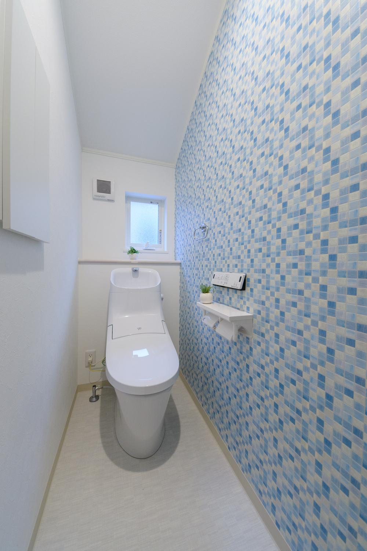 2階トイレ/タイル調のアクセントクロスが爽やかな空間を演出します。