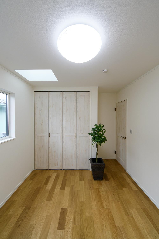 2階洋室/天井にトップライト(天窓)を設えた明るく光のあふれる空間。