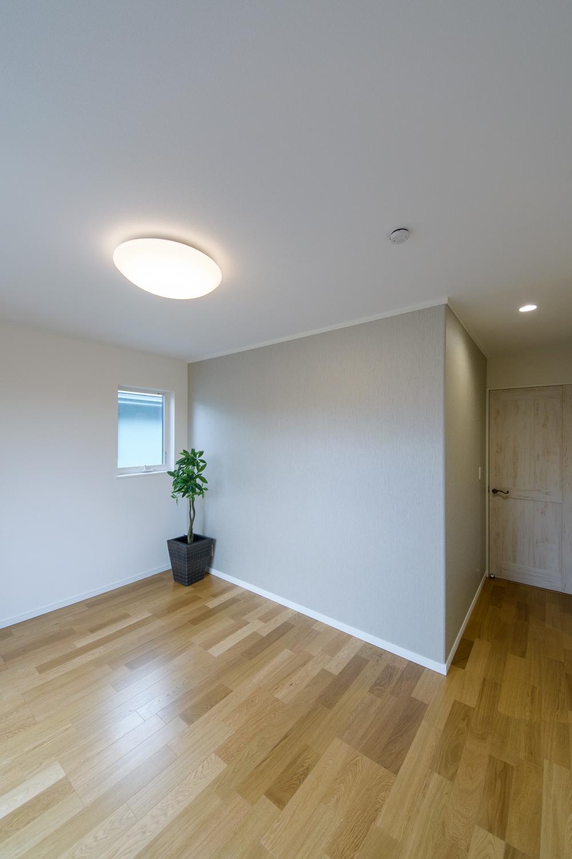 2階洋室/グレージュに白い線がきれいに入った和調デザインのクロスをアクセントにしました。
